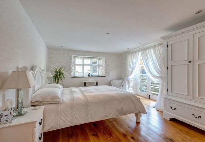 Светлая спальня со шторами из тюля