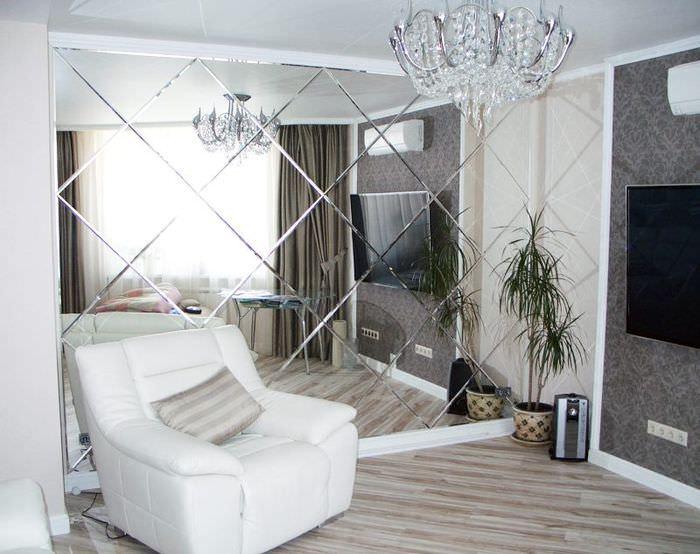 Белое кресло возле зеркальной стены