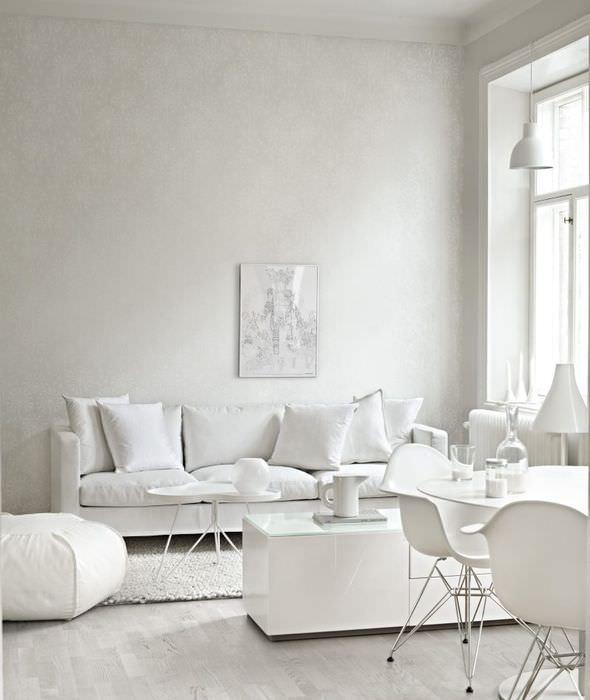 Интерьер белоснежной гостиной в частном доме