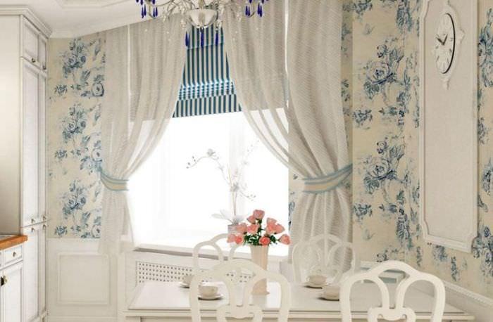 Полосатые римские шторы в комбинации с белыми занавесками
