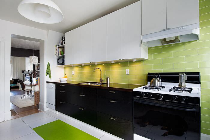Кухонный гарнитур в черно-белом цвете