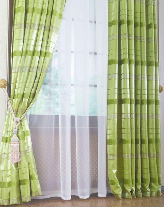 Белый тюль на окне с занавесками светло-зеленого оттенка