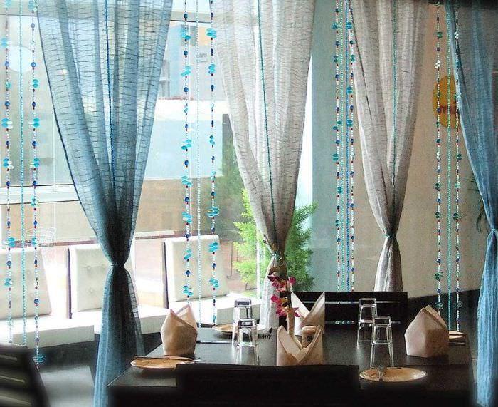 Декоративные шторы из тюля и бисера