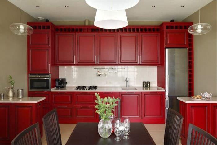 Гарнитур с дверками бордового цвета