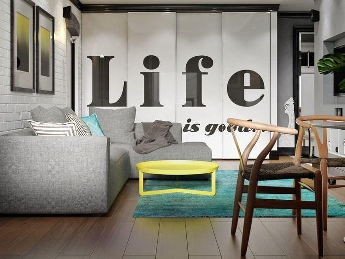 Серый диван в гостиной хрущевки