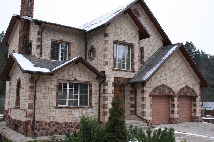 Фасад частного дома с облицовкой камнем