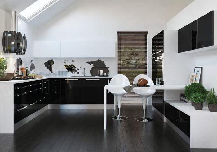 Белые барные стулья на кухне стиля хай-тек
