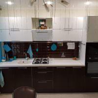 Голубая занавеска на окне кухни