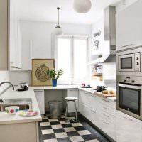 Светлая кухня П-образной планировки