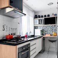 Линейный гарнитур на узкой кухне