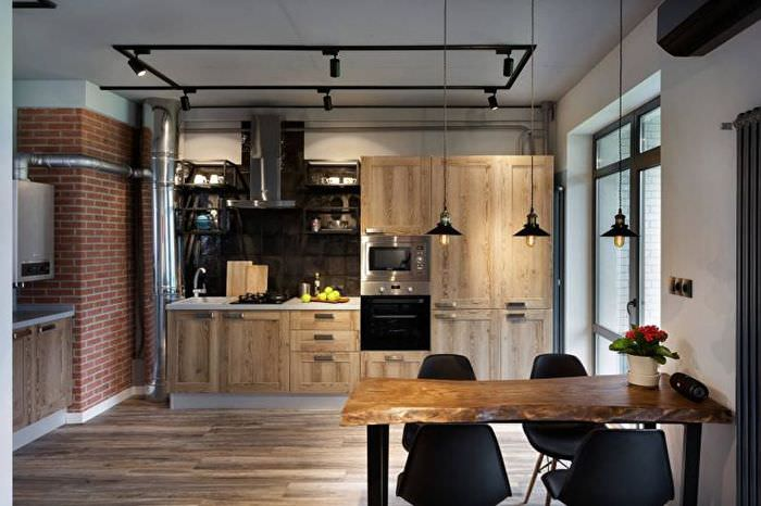 Интерьер кухни в индустриальном стиле с черными стульями