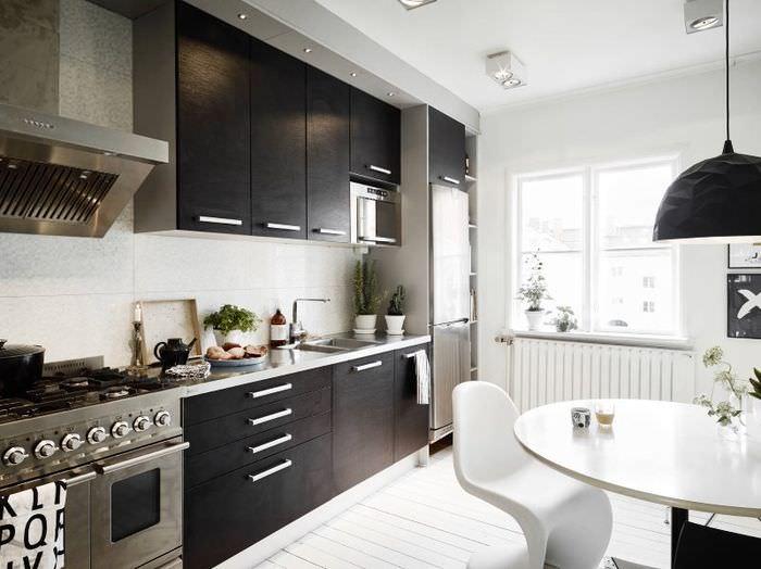 Кухонный гарнитур линейно планировки с черными фасадами