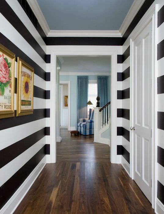 Черные горизонтальные полосы на стене узкого коридора