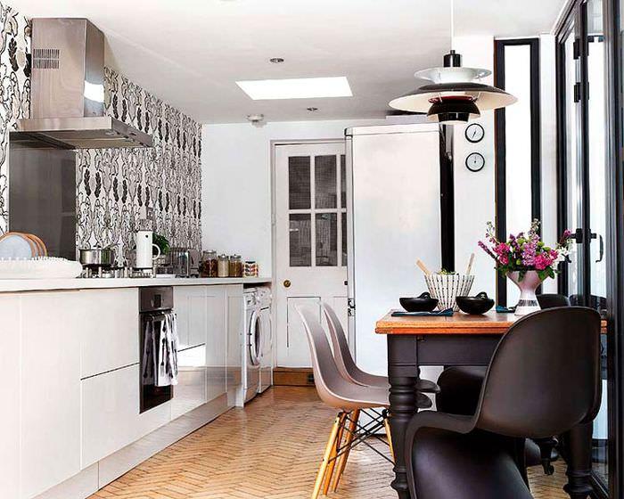 Черный стул в белой кухне