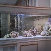 Аквариум в комнате классического стиля