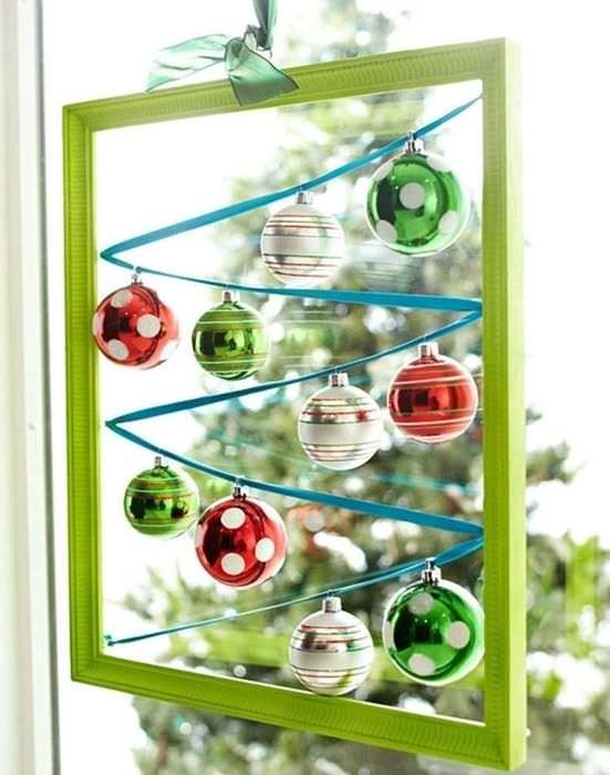 Зеленая рамка с новогодними игрушками