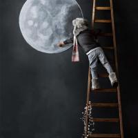 Мальчик рисует луну на стене своей комнаты