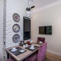Декоративные тарелки на кирпичной стене