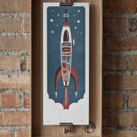 Рисунок ракеты на кирпичной стене