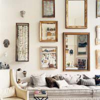 Оформление стены над диваном зеркалами