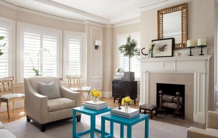Синие табуреты в декоре светлой гостиной