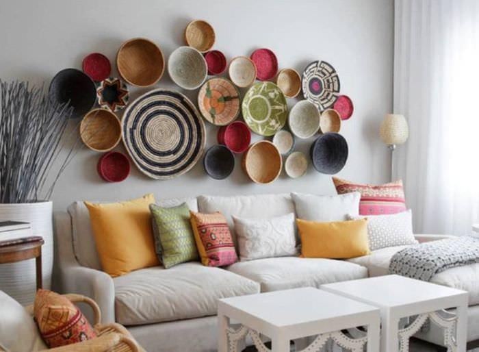 Украшение стены над диваном с помощью декоративных тарелок