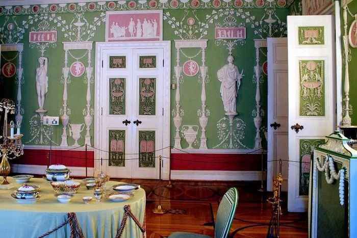 Декорирование стены гостиной в античном стиле