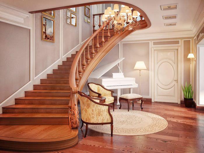 Широкая деревянная лестница в холле загородного дома