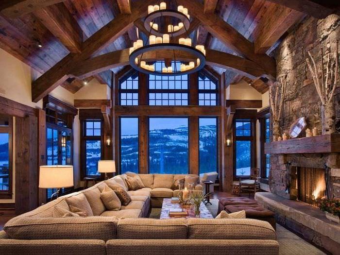 Высокие окна с деревянными арками в доме альпийского стиля