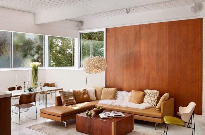 Отделка стены гостиной панелями из дерева