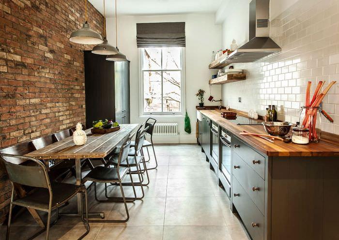 Дизайн вытянутой кухни с кирпичными стенами