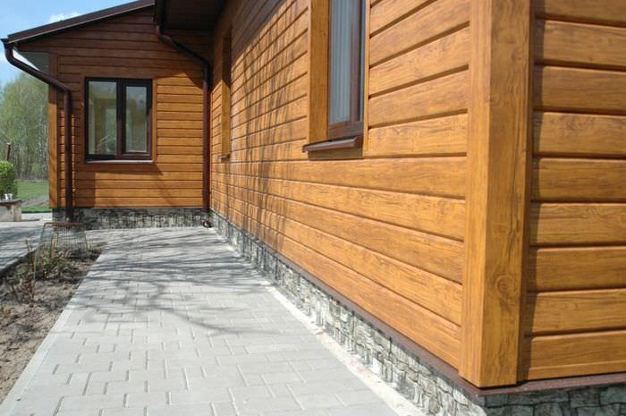 Стена частного дома с деревянным сайдингом