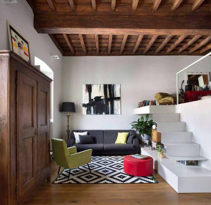 Деревянный потолок в квартире-студии