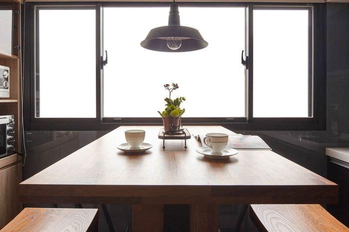 Деревянный стол в квартире-студии