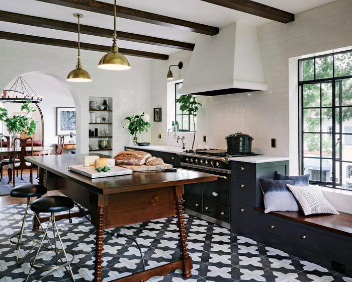 Коричневый стол из дерева на керамическом полу