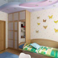 Бабочки из картона на стене детской комнаты