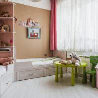 Игрушечный столик в детской комнате