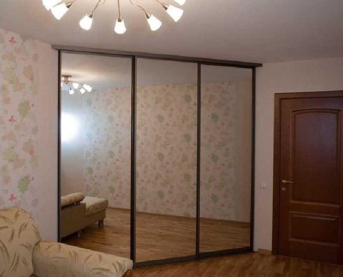 Зеркальные дверцы треугольного шкафа-купе