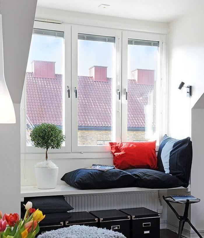 Уютный диванчик вместо подоконника на кухне