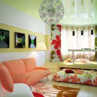 Подиум с выдвижной кроватью в интерьере гостиной