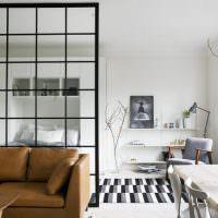 Кожаный диван в белой комнате