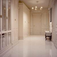 Белое напольное покрытие в интерьере прихожей
