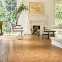 Пробковая плитка на полу гостиной с камином