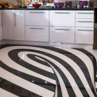 Черно-белые полосы напольного покрытия в кухне