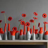 Красные цветки в окрашенных бутылках