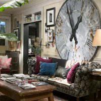 Огромные часы над диваном в гостиной