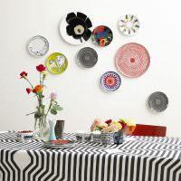 Декорирование тарелками стены в обеденной зоне