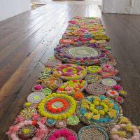 Длинный коврик из вязанных салфеток