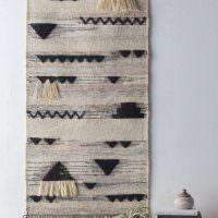 Декорация из ткани и ниток на стене жилой комнаты