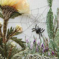Вышивка по ткани паучок среди цветов
